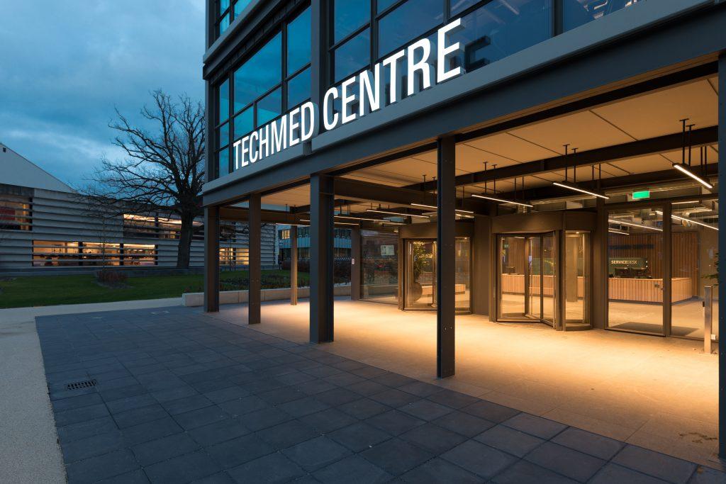 Mooiste gebouw van Universiteit Twente in het licht